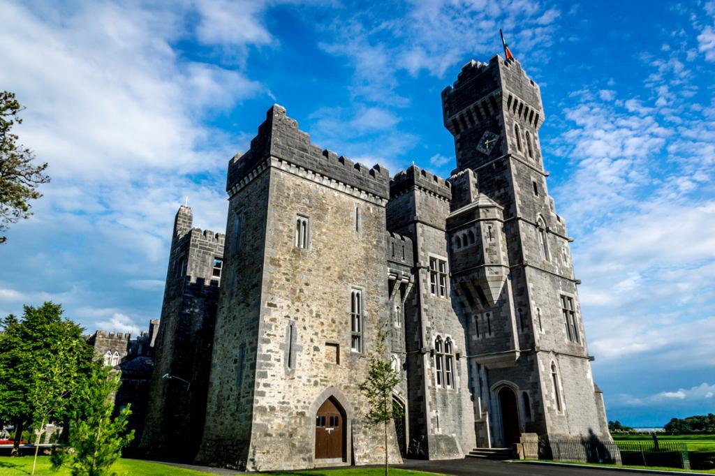 Ирландия. Замок Эшфорд. Здание было построено в 1228 году. На сегодняшний день здесь расположены 89 номеров. Стоимость двухместного номера за ночь — от £300. (janmennens)