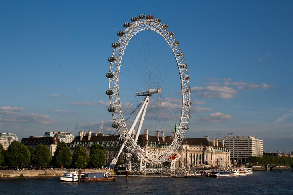 Великобритания. Лондон. Колесо обозрения Лондонский глаз. Аттракцион был открыт для посетителей 31 декабря 1999 года, став одной из главных и узнаваемых достопримечательностей города. (piet theisohn)