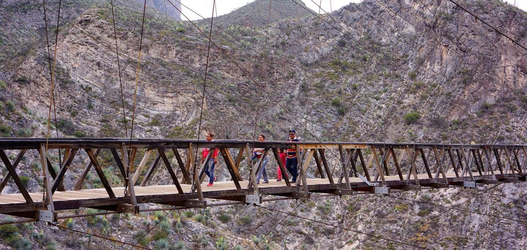 Мост расположен на высоте 109 метров. Конструкция сооружения довольно шаткая; каждый шаг сопровождается неприятным скипом, что делает переход весьма пугающим для пешехода. (Male Gringo)