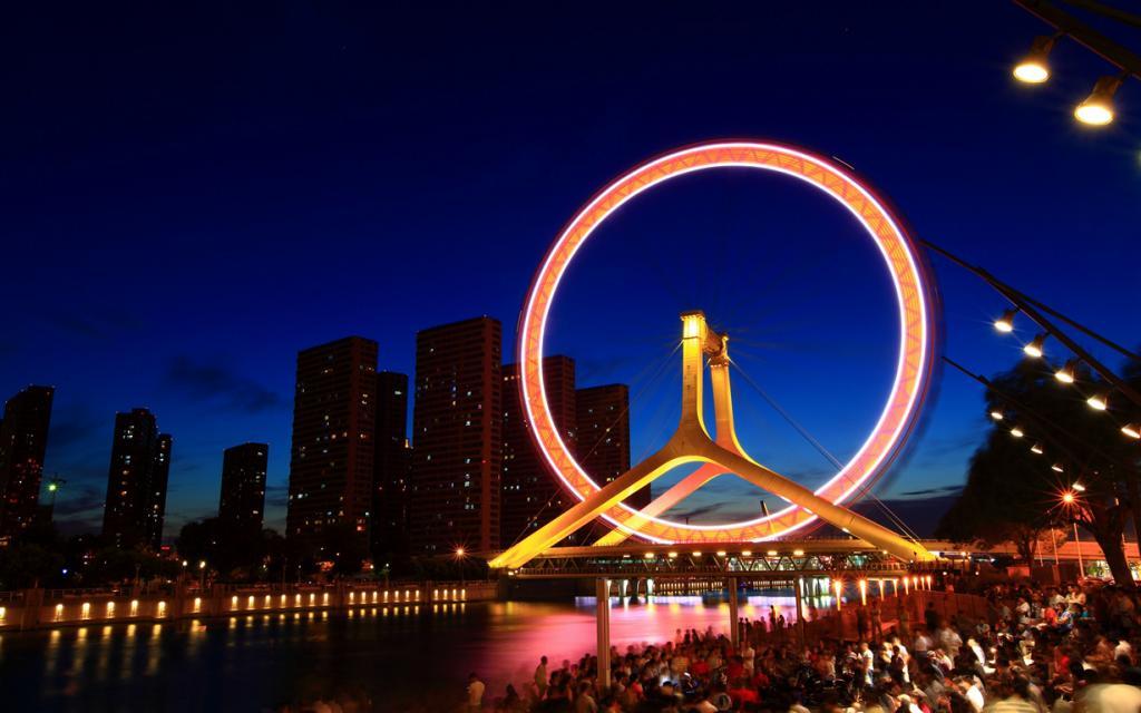 Китай Тяньцзинь. Колесо обозрения Глаз Тяньцзиня. Аттракцион является единственным колесом обозрения, расположенным на мосту. (Shawn Zhang)