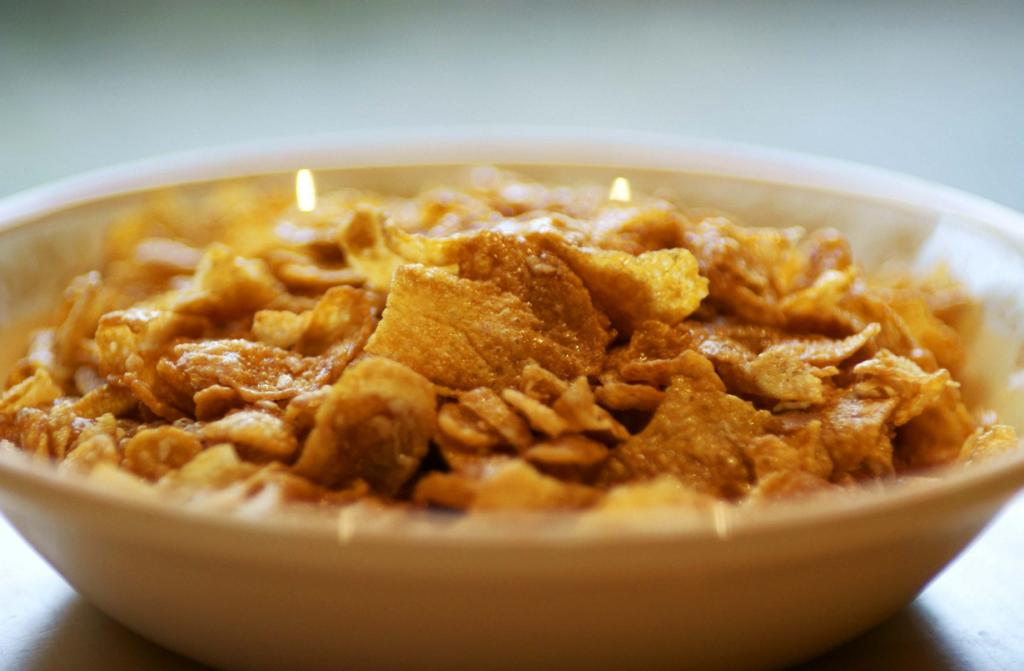 Сухой завтрак экономит время и силы, а также по заявлениям производителей — невероятно полезен и сбалансирован. Он включает в себя разнообразные хлопья, кукурузные шарики или колечки, мюсли. Однако, на самом деле в процессе их производства сырье лишают большей части полезных веществ. Также стоит добавить, что сухой завтрак содержит большое количество сахара и других вредных углеводов. Поэтому регулярное употребление продукта — крайне вредно. Вместо сухого завтрака приготовьте микс из органических зерновых, которые точно принесут Вам пользу. (Tom Hills)