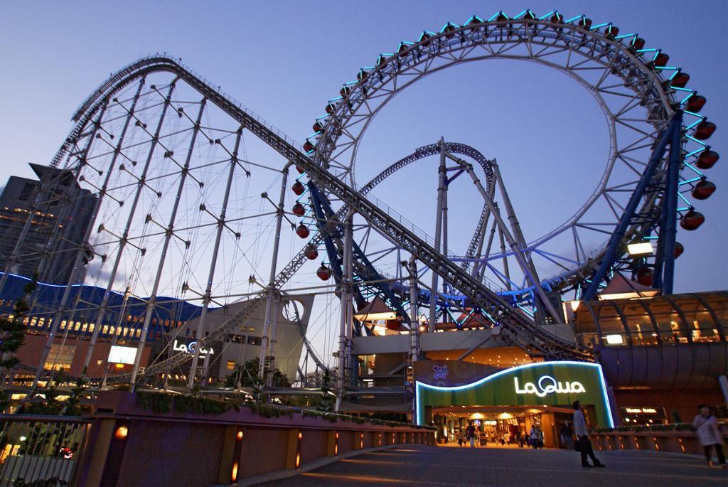 Япония. Токио. колесо обозрения Big O. Аттракцион является первым бесцентровым колесом в мире; также через него проходит американская горка, скорость которой достигает 130 км/ч. (663highland)