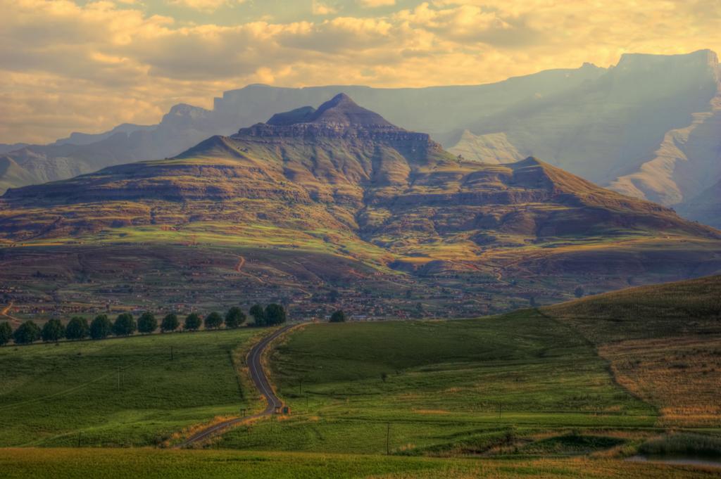 Если Вы мечтаете побывать в Африке или познать вкус «дикой жизни», то Южно-Африканская Республика — идеальное место. Обязательно стоит посетить Национальный парк Крюгер, сад Кирстенбош, пляжи Кейптауна. Стоимость гостиничных номеров за ночь — от $40, включая приличный завтрак; цены на экскурсии с проездом и питанием составляют около $40. На фото: провинция Квазулу-Натал. (Steve Slater)