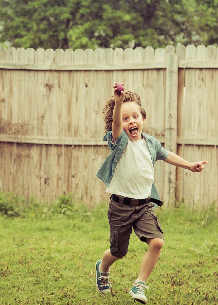 Мальчик во время игры «Охота за яйцами». (Lotus Carroll)