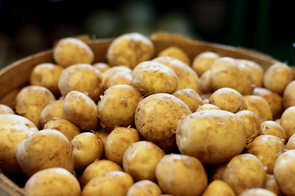 Любимый всеми картофель тоже может нанести вред здоровью человека. Причина — неправильное или слишком длительное хранение продукта. При нахождении на солнечном свете в клубнях повышается количество соланина, способного вызвать головокружение, тошноту, расстройство нервной системы. Так что частое употребление картофеля в конце зимы — крайне нежелательно. (jamonation)
