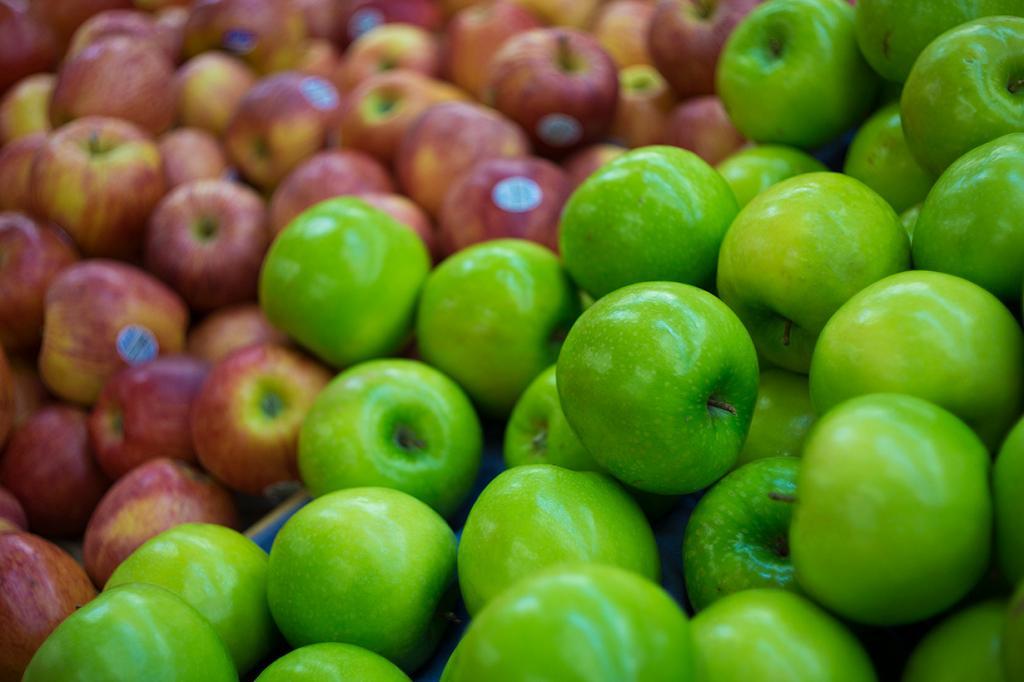 Неорганические овощи и фрукты. Вместо пользы такие продукты приносят только вред. Виной всему пестициды и гормональные инъекции, позволяющие получить «идеальный» с виду урожай. За внешней красотой скрываются пагубные последствия для организма. (Linh Nguyen)