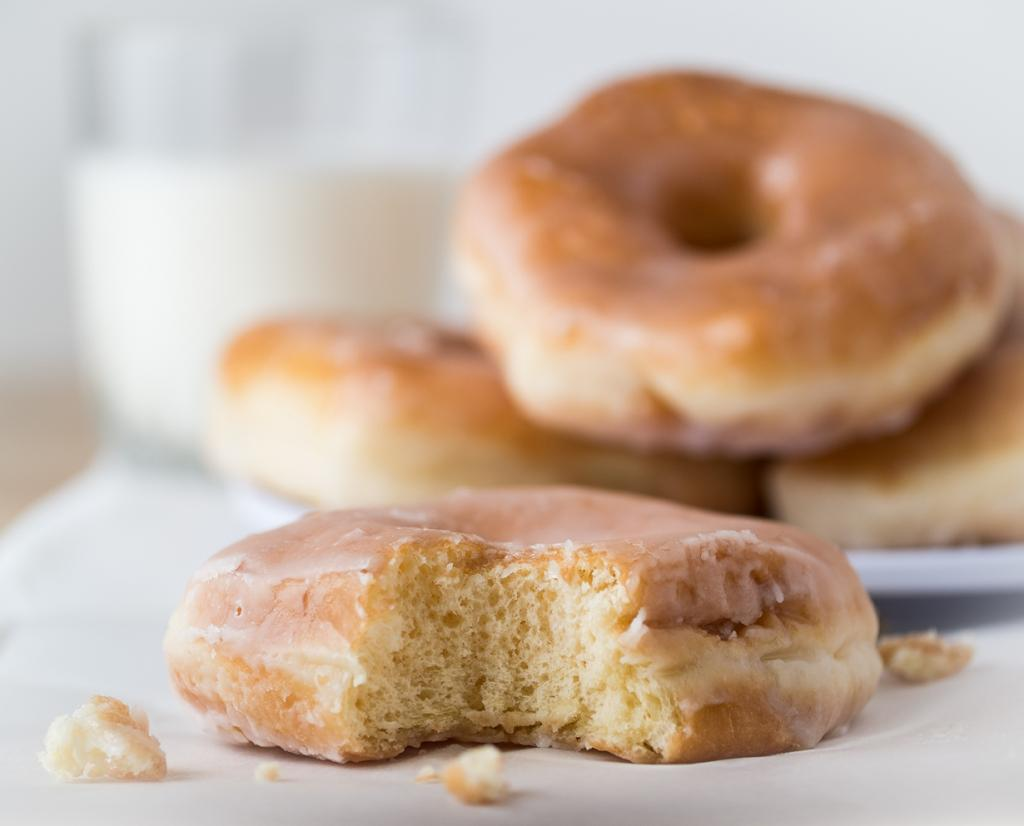 Пончики — вкусное и довольно сытное лакомство, популярное в качестве быстрого перекуса. Однако не стоит забывать, что пончики являются источником огромного количества сахара, и других не самых полезных углеводов, а также жира. Регулярное употребление сладости может привести к серьёзным проблемам со здоровьем. (rpavich)
