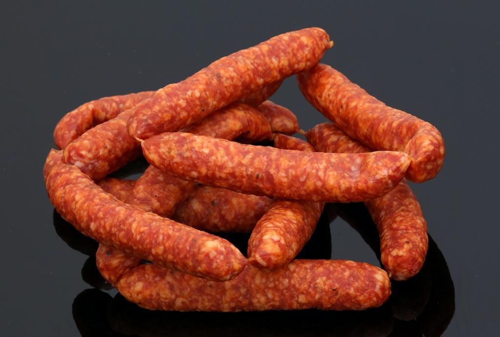 Обработанное мясо — колбасы и сосиски. Большинство из этих яств содержат чрезмерное количество химических веществ, позволяющих дольше сохранять продукт. Стоит также отметить, что обработанное мясо зачастую слишком жирное и лишено полезных веществ. (Tim Reckmann)