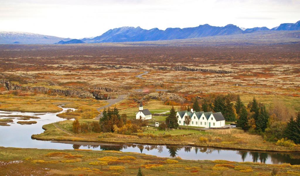 Парламент Исландии — старейший в Европе. Впервые так называемый альтинг (с исл. «всеобщее собрание») состоялся в 930 году на территории современного национального парка Тингведлир, который входит в список объектов Всемирного наследия ЮНЕСКО. Собрания здесь продолжались вплоть до 1798 года. (Joe Michaels)
