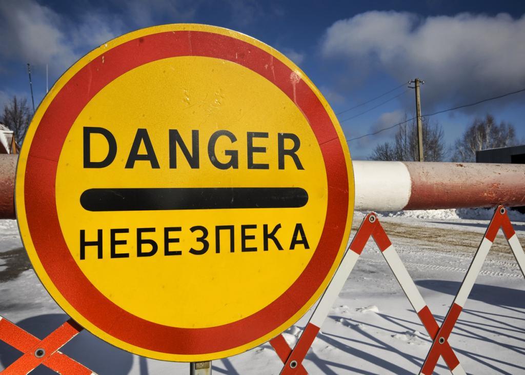 Спустя почти 29 лет после катастрофы следы радиации все ещё наблюдаются в Чернобыле, в других городах Украины и даже в соседних государствах. Высокий уровень излучения составил целых 30 000 рентген в час, особенно в непосредственной близости от активной зоны реактора. Из-за высокого уровня излучения тела погибших размещались в свинцовых гробах. Фактически, даже специальные костюмы, в которых люди ликвидировали последствия катастрофы, могли обеспечить безопасность только на 40 секунд. (Trey Ratcliff)