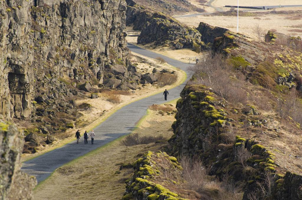 Исландия — одно из двух мест на планете, где можно наблюдать расхождение плит (Северо-Американской и Евразийской) не только под водой, но и на поверхности. С каждым годом разрыв между ними увеличивается приблизительно на 2 см. Также в районе северного побережья страны дайверы имеют возможность поплавать в месте их разлома. (Diueine Monteiro)