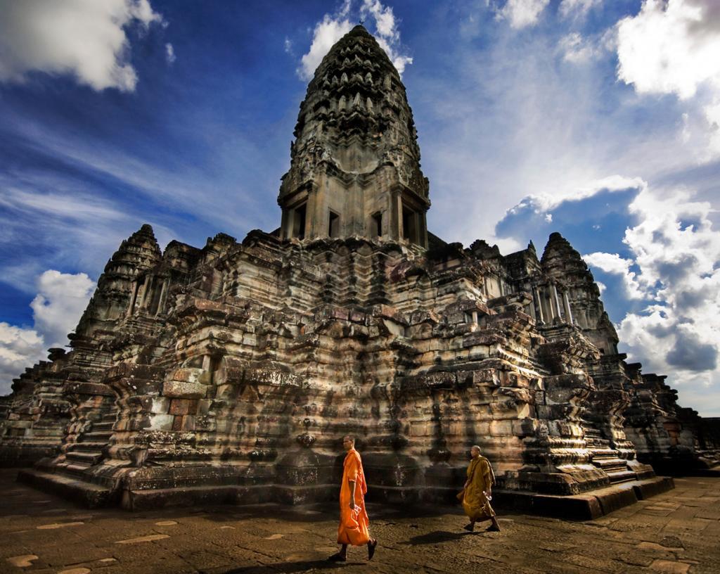 Камбоджа славится богатой культурой с многочисленными традициями. Здесь можно найти множество древних храмов, самым известным из которых является Ангкор-Ват, а также дворцовых комплексов, музеев и других достопримечательностей. Средняя стоимость гостиничных номеров за ночь составляет $20; обед на одного человека обойдётся в $3. На фото: Ангкор-Ват. (Trey Ratcliff)