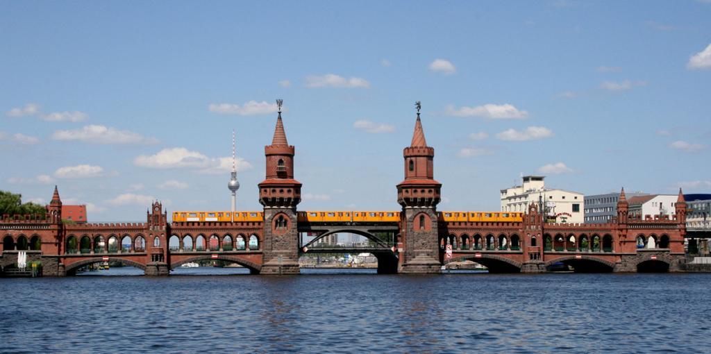 Берлин в 9 раз больше Парижа; здесь построено больше мостов, чем в Венеции. (Sarah Jane)