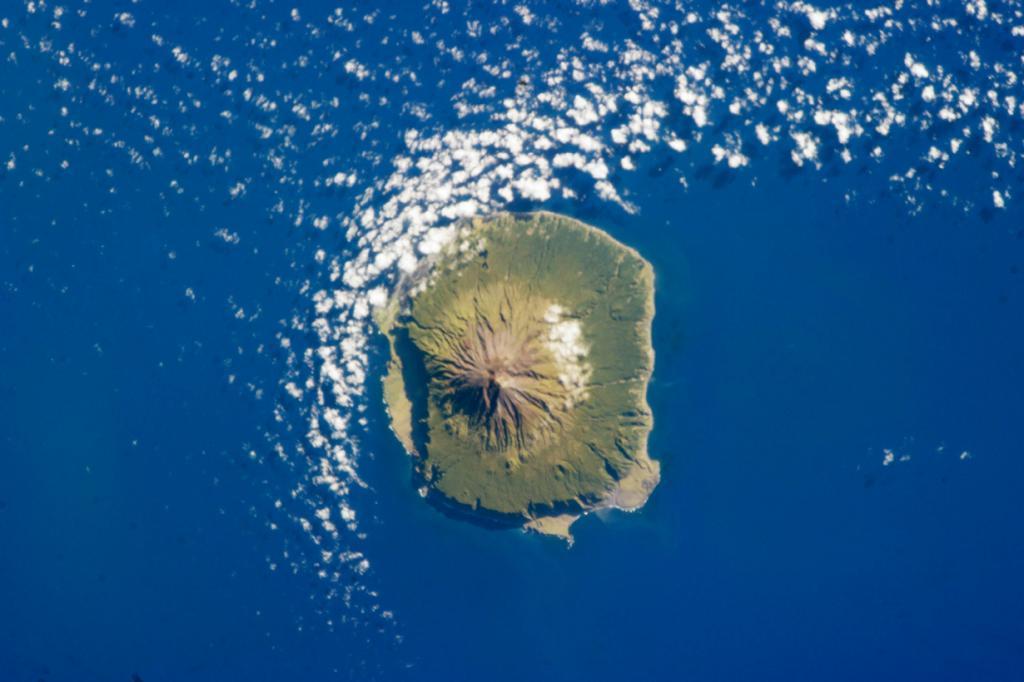 Остров Тристан-да-Кунья. Поселение Эдинбург семи морей. (NASA)
