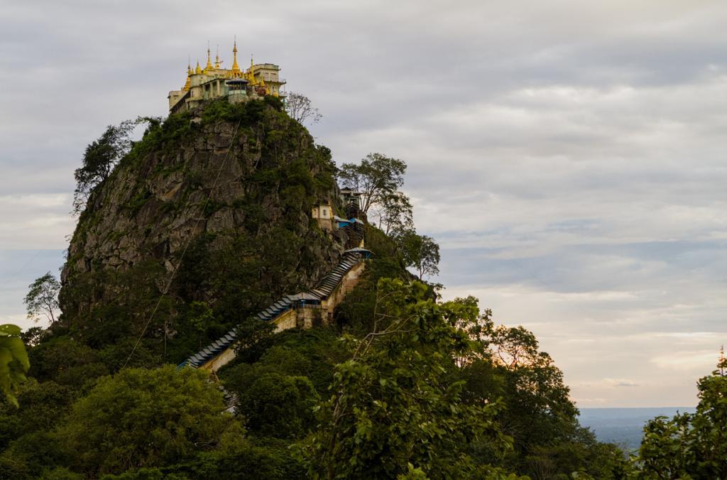 Мьянма. Монастырь Таунг-Калат. Постройка расположена на одноимённой горе на высоте 737 метра. (The.Rohit)