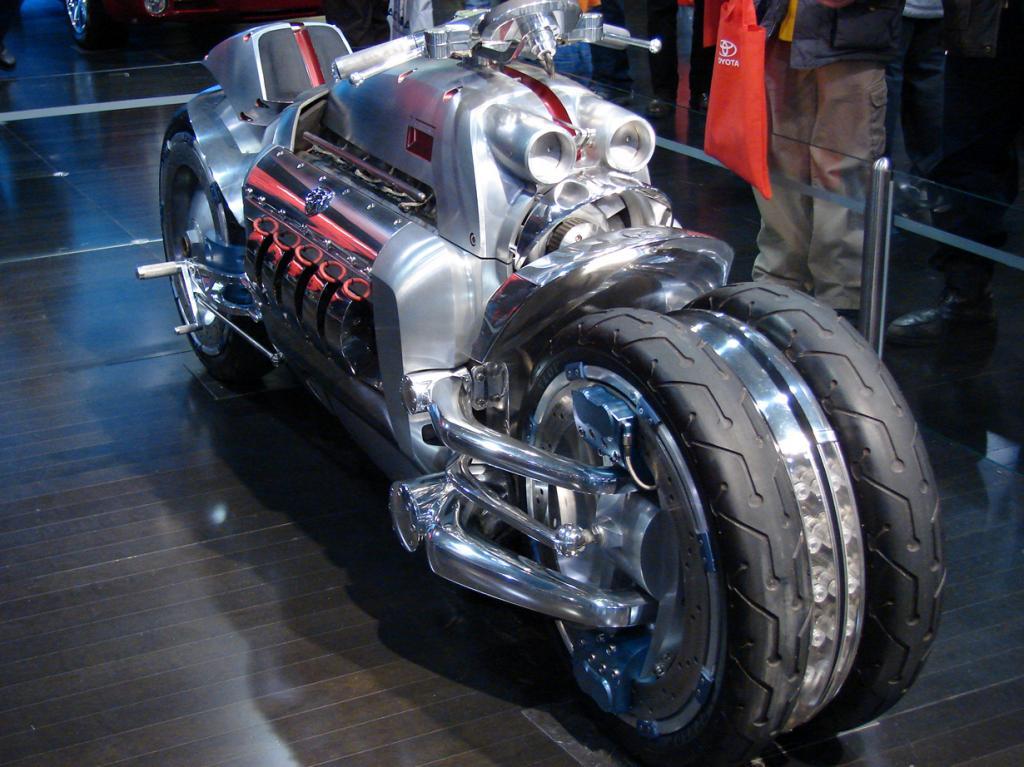 Dodge Tomahawk. Максимальная скорость мотоцикла — 468 км/час. Однако производитель заявляет, что теоретически Dodge Tomahawk способен достигнуть скорости в 613 км/час. (Dagwald)