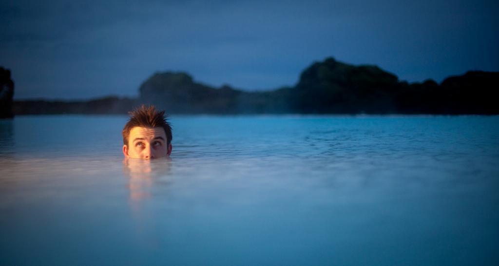 В Исландии не порицается нагота. Местные абсолютно не стесняются обнажиться на публике. В основном обнажённых людей можно увидеть у геотермальных бассейнов, которых здесь в изобилии. (Chris Connolly)