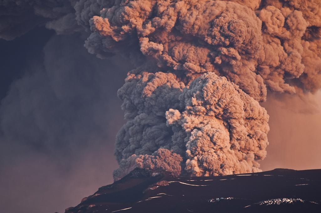 Исландия — одна из самых экологически чистых стран мира. Она полна вулканов, позволяя местным жителям использовать геотермальные источники энергии. Плюс ко всему, в качестве источников энергии исландцы также могут использовать обильные водные пути. Страна практически не сжигает ископаемые виды топлива. (fridgeirsson)