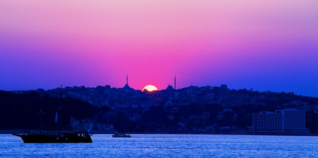 Турция — сосредоточение разнообразных культур и традиций. За относительно небольшие деньги Вы можете позволить посетить уникальные природные и архитектурные достопримечательности отведать местную кухню и купить сувениры. На фото: Стамбул. (sammsky)