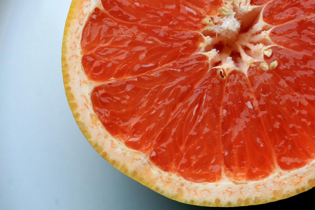 Грейпфрут способствует ускорению метаболизма, а также помогает снизить уровень холестерина. Вы можете добавить плоды грейпфрута в фруктовый или овощной салат, сделать фреш или съесть без ничего в качестве перекуса. (liz west)