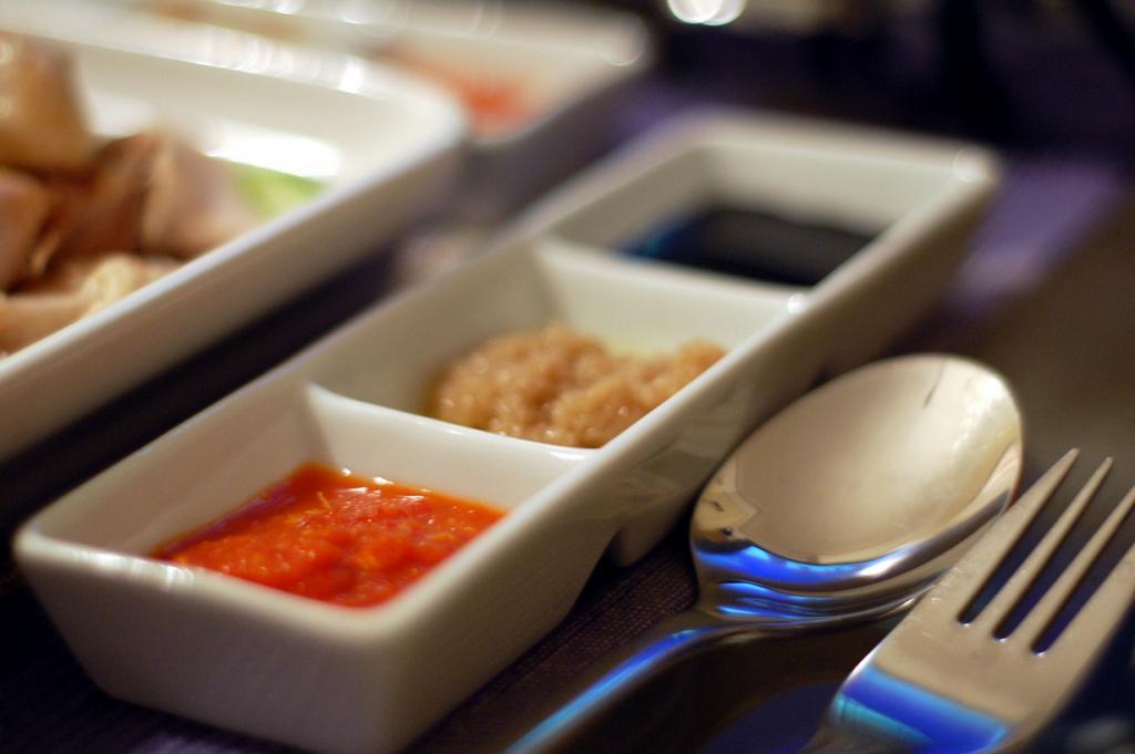 Острая пища помогает быстрее сжигать калории. Она может стать прекрасным дополнением к основному блюду. К примеру острые соусы на основе перца чили. (su-lin)