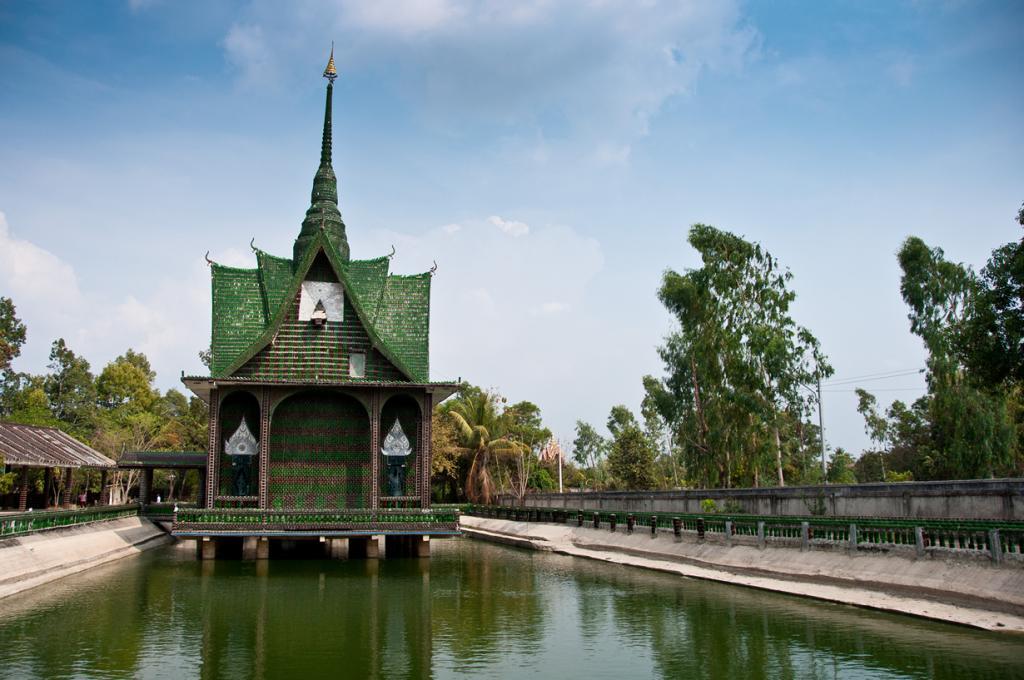 Храм Ват Па Маха Чеди Кео в Таиланде сделан из 1 млн бутылок «Хайнекен» и пива местного производства. (Mark Fischer)