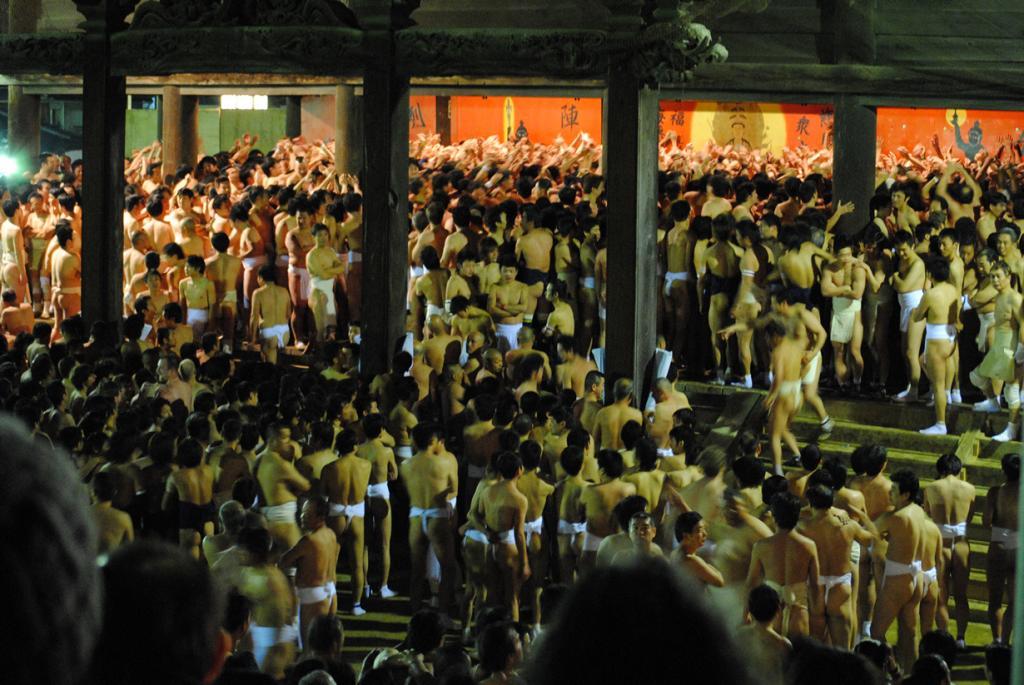 Япония. Фестиваль Хадака-мацури в Окаяме. Мероприятие проводится ежегодно в третью субботу февраля. В рамках события мужчины в набедренных повязках проходят обряд очищения. Кульминация праздника проходит у храма Сайдайдзи, где тысячи обнажённых представителей сильного пола пытаются поймать амулет, который по верованиям обеспечит счастливый год. (calltheambulance)