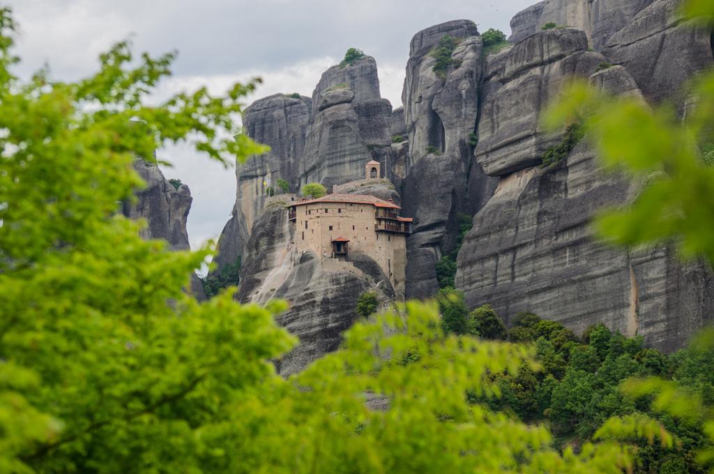 В связи с экономическим кризисом Греция попала в список бюджетных стран для путешествия. Повсеместное снижение цен позволило туристам с ограниченным бюджетом исследовать многочисленные достопримечательности страны. На фото: Метеоры. (Heiko Kunath)