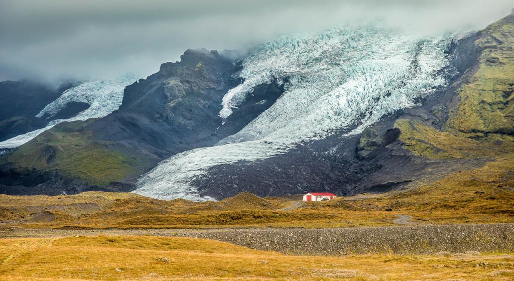 Исландия — страна с уникальным ландшафтом. Это вулканическое плато с вершинами до 2 км, горячими источниками, действующими вулканами, гейзерами; 11,8 тыс. км² из общей площади в 103 тыс. км² покрыты ледниками. (Vincent Moschetti)