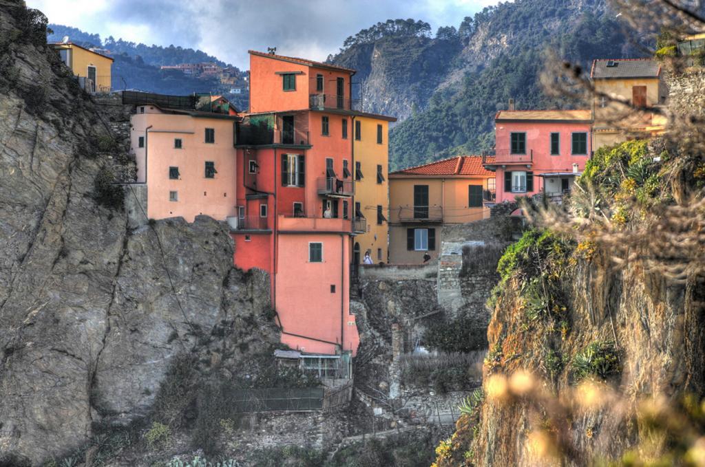 Разноцветные дома поселка расположены на скале у Лигурийского моря. (Luca Rossato)