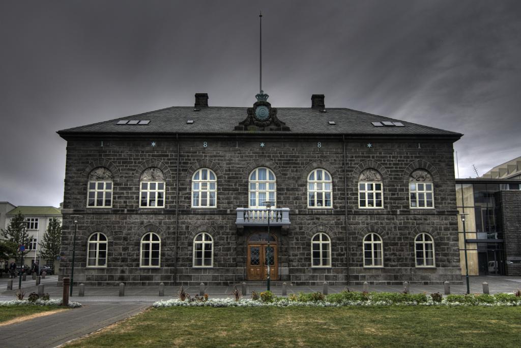 Сейчас здание Альтинга Исландии находится в Рейкьявике. Он представляет собой однопалатный парламент, в состав которого входят 63 депутата. (Sergio Morchon)