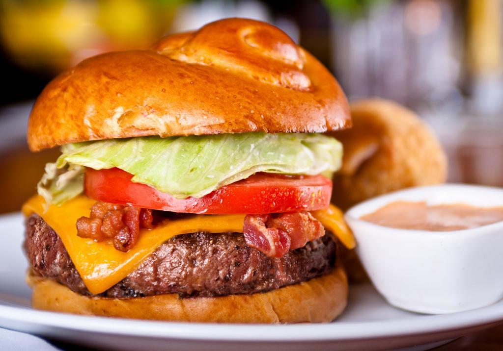 Название гамбургера происходит от названия немецкого города Гамбурга. (Kurman Communications, Inc)