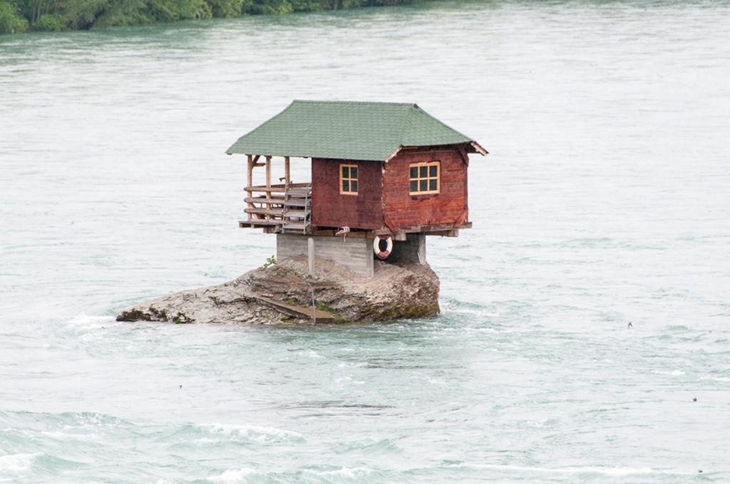 Сербия. Дом на реке Дрина. (Ebs Els)
