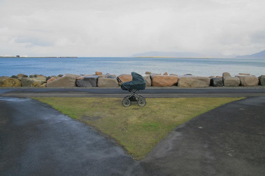 Преступность в Исландии практически равна нулю. Полицейские здесь не утруждаются носить оружие, а матери оставляют коляски с детьми прямо на улице. Поэтому не удивляйтесь, если увидите спящих в коляске младенцев около кафе или магазинов. (Sveinn Joelsson)