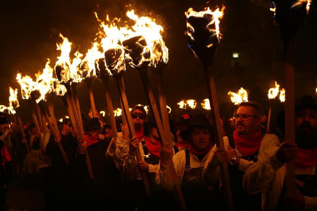 Шотландия. Фестиваль Up Helly Aa. Мероприятие проводится ежегодно в последний вторник января. Программа фестиваля включает факельное шествие и сжигание гигантской ладьи. (colemic2006)