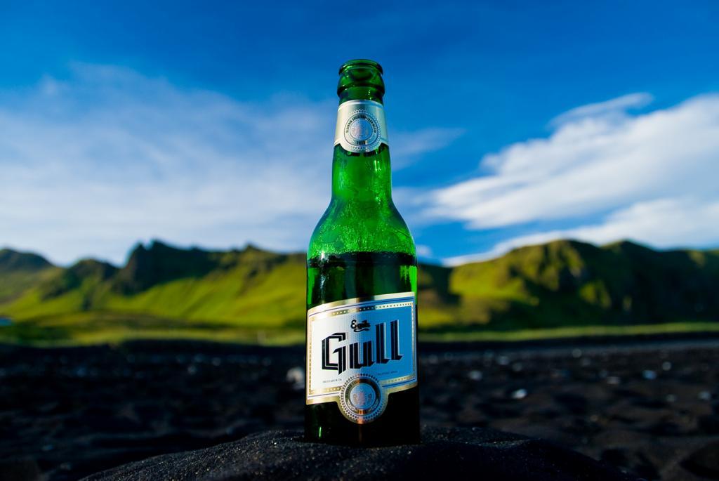 С 1915 по 1989 гг в Исландии действовал сухой закон; при этом последние 54 года он распространялся лишь на пиво. Поэтому после отмены запрета, пиво приобрело небывалую популярность в стране. Ежегодно 1 марта отмечается День пива. В рамках празднества исландцы поглощают огромное количество этого напитка. Стоит также отметить, что пиво можно приобрести только в государственных магазинах спиртных напитков. Независимым продавцам запрещено торговать алкоголем в стране. (Didier Baertschiger)