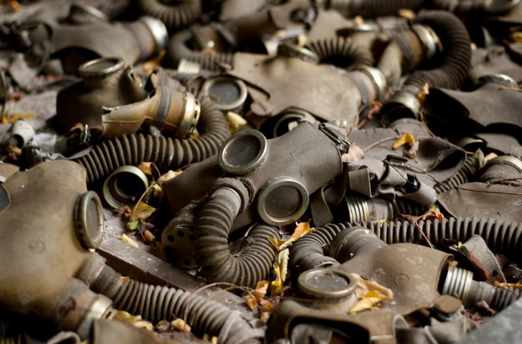 Чернобыльская катастрофа превратила целый город в пустошь и сделала из большинства окружающих поселений опасную радиоактивную зону. От аварии на АЭС Фукусима-1 Чернобыльскую катастрофу отличает то, что её причиной стали человеческие действия, а не глобальный катастрофический феномен. Помимо самих взрывов, такое масштабное разрушение было вызвано действием радиоактивного излучения. Действительно, это была самая худшая ядерная катастрофа в том плане, что она породила невообразимое количество радиации. Верьте или нет, но количество радиоактивного излучения после Чернобыльской катастрофы значительно выше, чем после бомбардировок Хиросимы и Нагасаки вместе взятых. (David Sasaki)