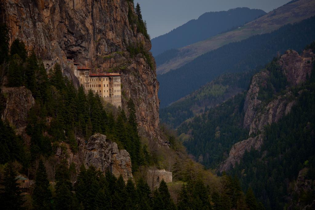Вид на монастырь сбоку. (Debraj Ghosh)