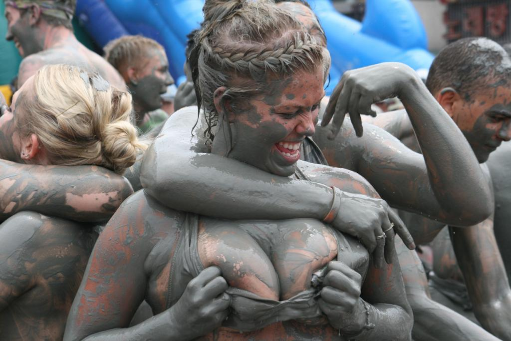 Южная Корея. Фестиваль грязи в Порёне. Мероприятия проводится ежегодно в начале июля и длится на протяжении двух недель. Программа фестиваля включает грязевые бои, бега, танцы. (Hypnotica Studios Infinite)
