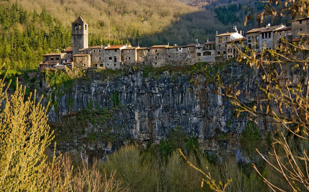 Испания. Кастельфольит-де-ла-Рока. Все постройки деревни расположены на базальтовой скале, коротая находится между двумя реками. (SBA73)