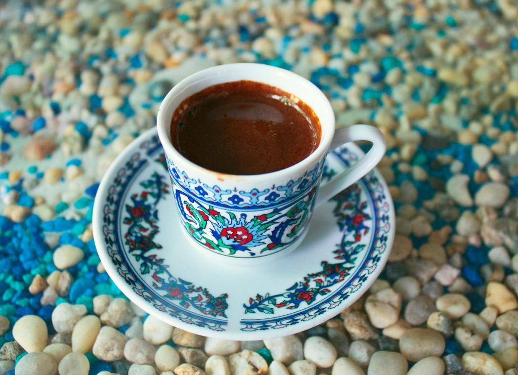 Кофе. Многие не мыслят своё ежедневное пробуждение по утрам без чашки крепкого кофе. Содержащийся в нем кофеин помогает нам чувствовать себя бодрыми. Когда доза кофеина попадает в организм, она увеличивает частоту сердечных сокращений, кровь переносит больше кислорода и больше калорий сжигается. К сожалению, портят «картину» разнообразные добавки к кофе и сахар. Попробуйте в качестве добавки к кофе корицу. (metafus.com)