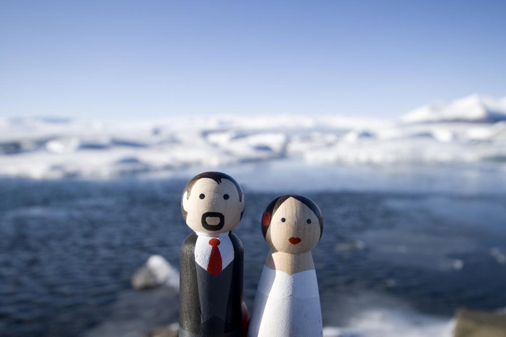 В Исландии практически нет такого понятия как фамилия; в основном их имеют граждане иностранного происхождения (10 % населения). Аналогами фамилии являются патроним (форма, производная от имени отца) или матроним (форма, производная от имени матери) с приставкой son — для мужчин и dóttir — для женщин. К примеру, Бьорк Гудмундсдоттир (дочь Гудмунда) — известная исландская певица и композитор. В редких случаях встречается комбинация патронима и матронима. (Ben Husmann)