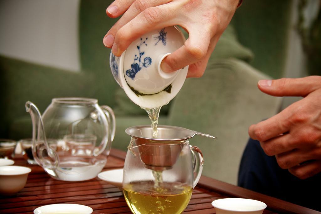 Известно, что зелёный чай способствует повышению скорости метаболизма на 4 %, при этом не увеличивая частоты сердечных сокращений. Конечно, этого недостаточно для немедленного похудения, однако регулярное его употребление даёт свои плоды. Порадуйте свой организм, выпив чашку горячего ароматного чая! (Daoli Tea)