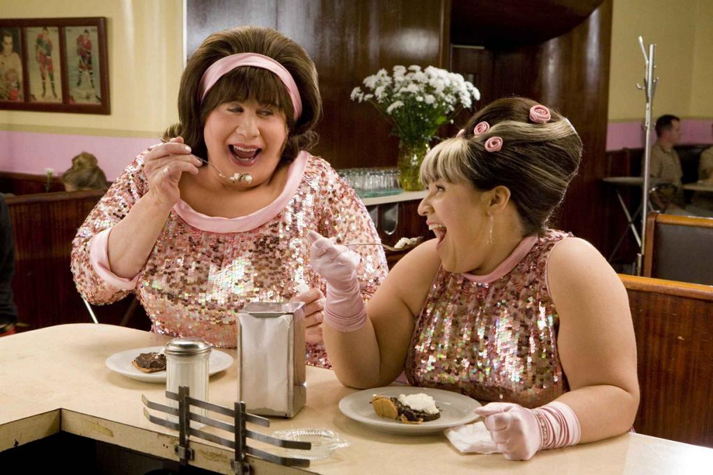 Для роли Эдны Тёрнблад в фильме «Лак для волос» Джону Траволте пришлось перевоплотиться в женщину. Актёр был вынужден носить специальные накладки, платья и делать макияж и причёски в стиле 60-х. (Кадр из фильма)