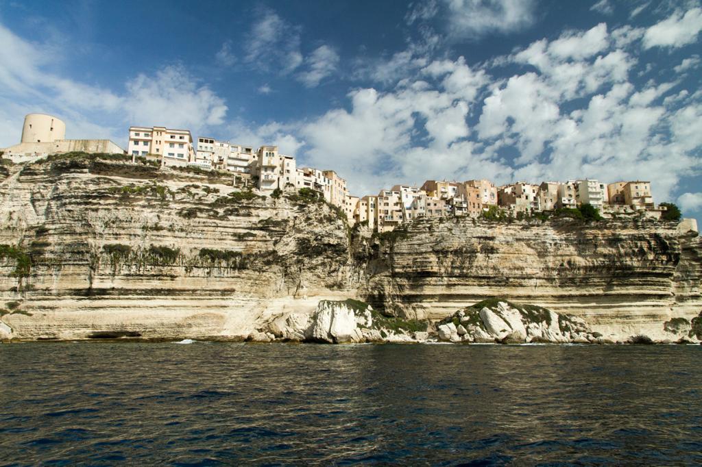Франция. Город Бонифачо. Поселение расположено на крутой известковой скале острова Корсика. (Thomas ZUMBIEHL)