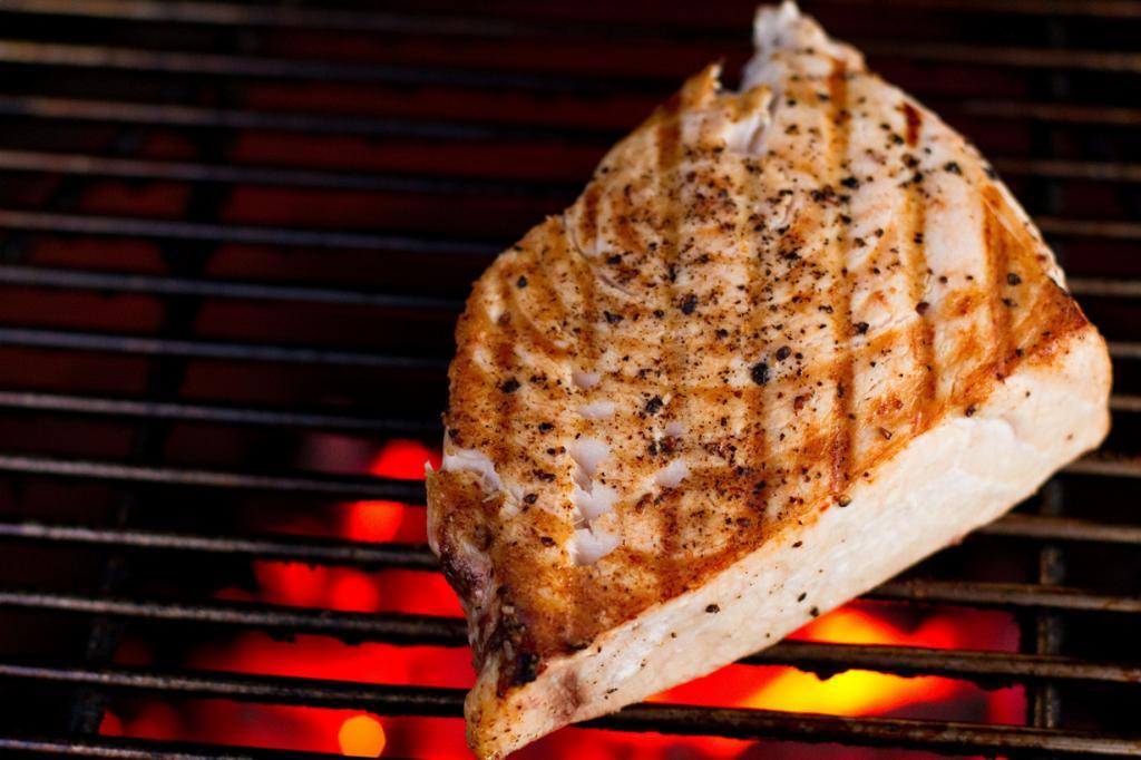 Рыба является частью здоровой диеты, однако беременным женщинам стоит отказаться от некоторых её сортов. К примеру, мясо рыбы-меч содержит небезопасный уровень естественной ртути. Допустимо употребление тунца, но в очень ограниченном количестве. Не стоит злоупотреблять жирной рыбой, такой как форель. (Mike)