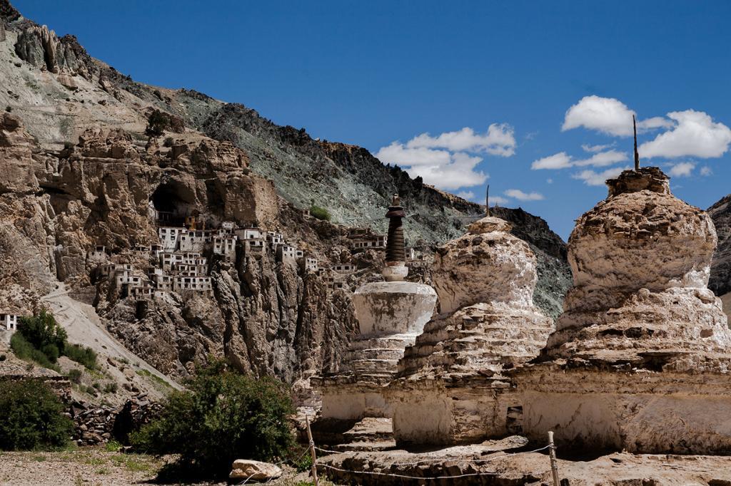 Индия. Монастырь Фуктал. Постройка расположена в устье пещеры каньона реки Лунгнак. (sandeepachetan.com travel photography)