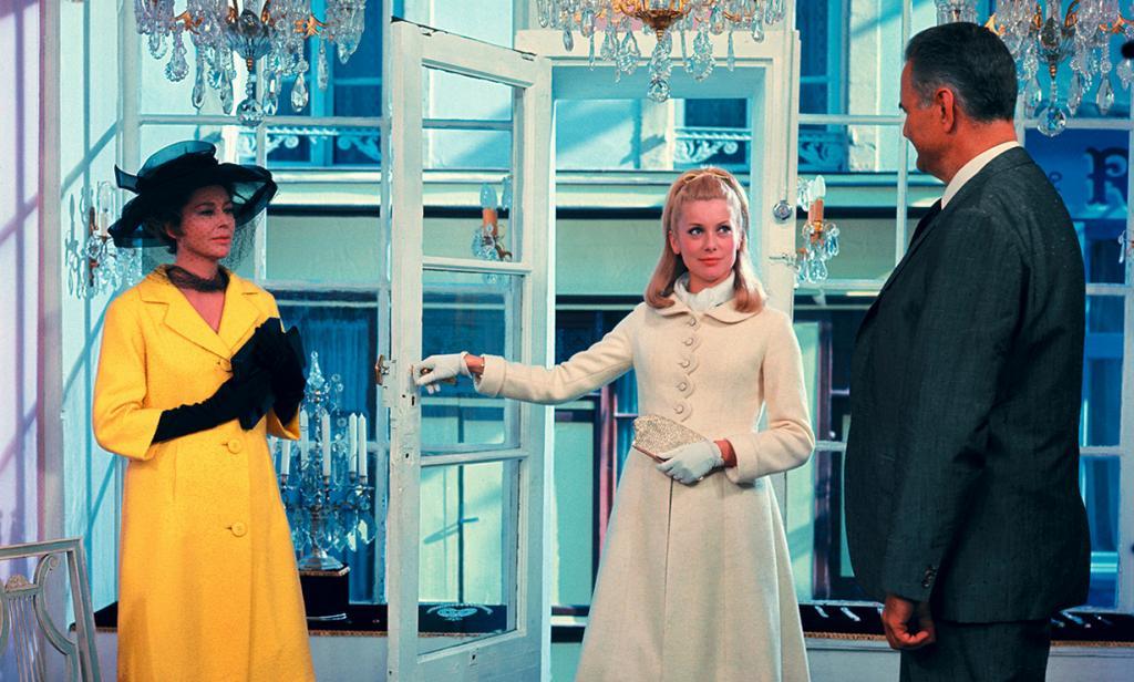 Кадр из фильма «Шербурские зонтики», 1964 год