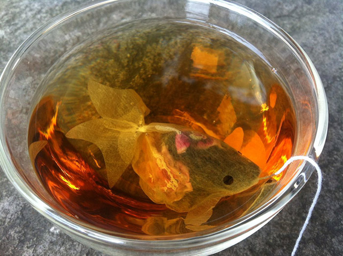 Пакетики для чая, которые преобразят обычную чашку в аквариум с золотой рыбкой