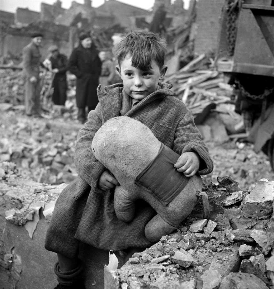 Потерявшийся ребенок со своей игрушкой, Лондон, 1945 год.